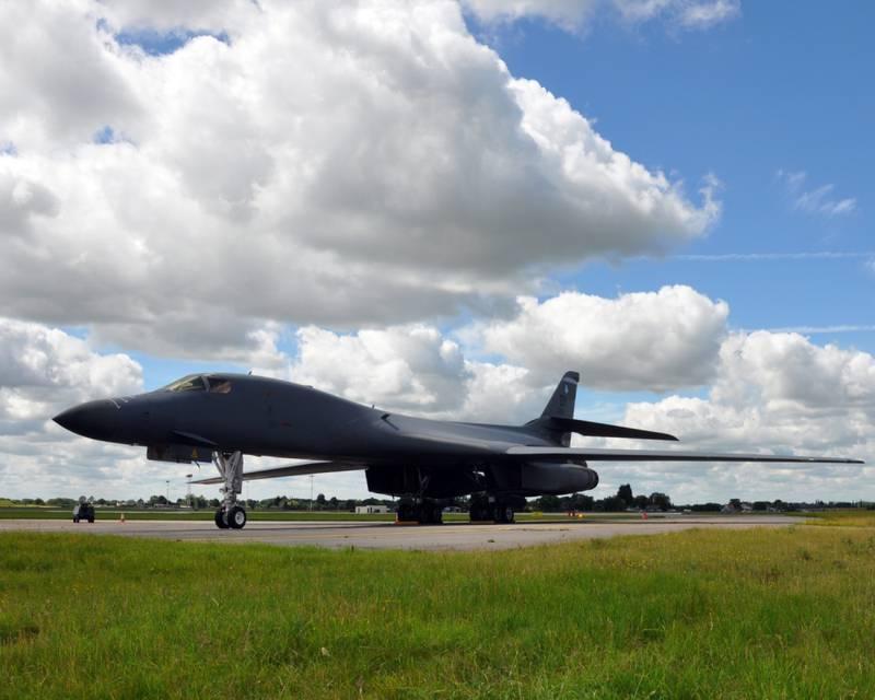 Sebuah B-1B Bomber sementara dari 7th Bomb Wing, Dyess Air Force Base, Texas, berada di jalur penerbangan RAF Mildenhall 12 Juli 2012. (Angkatan Udara/2nd Lt. Christopher Mesnard)